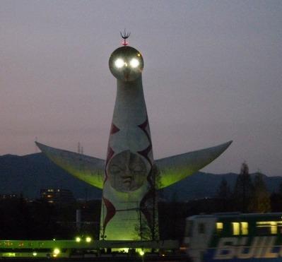 目が光る太陽の塔