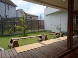 三角屋根 庭とテラス席