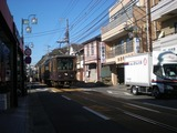 しら川 店の前を通る江ノ電