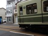 アトリエコータ 店の前を走る江ノ電