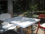 q 白いテーブルと庭