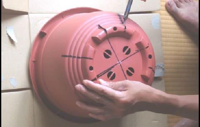 ダイソーの10号鉢に半田ごてで穴を開ける作業