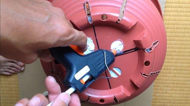 グルーガンでダイソー10号鉢の鉢底の穴埋め作業