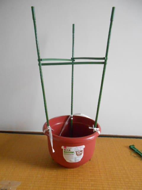 ダイソー 連結トマト支柱をプランターにしっかり固定する加工方法