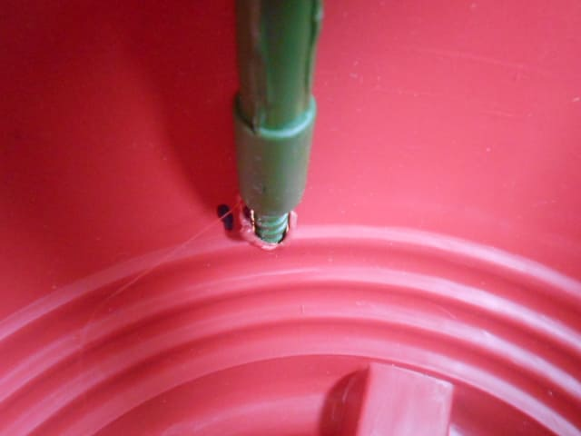 支柱を穴に挿した鉢の内側
