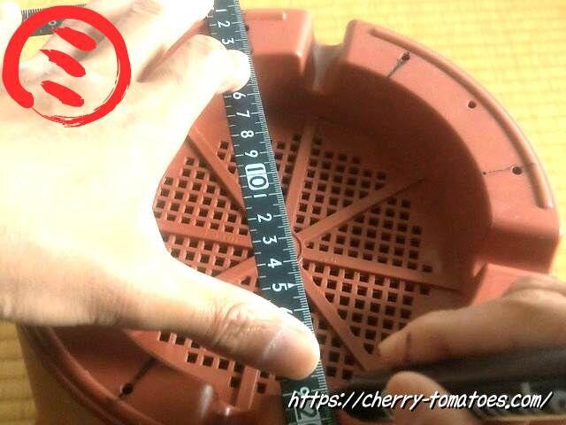 ダイソー9号鉢に加工する穴を開ける場所に印をつける