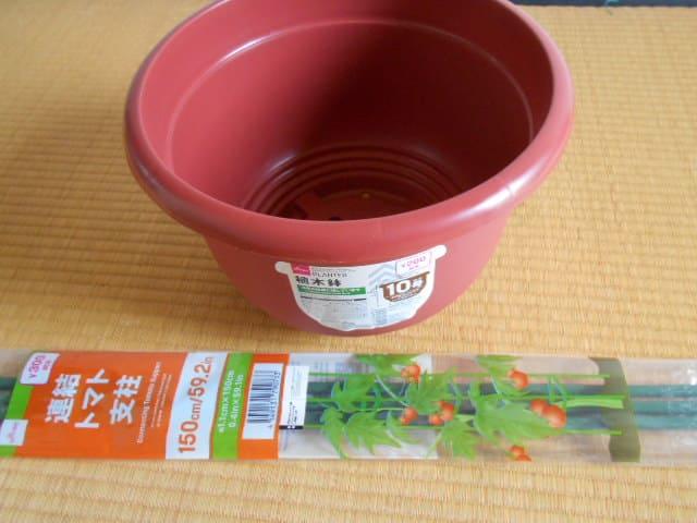 ダイソーの連結トマト支柱と10号の鉢