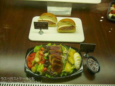 ハムサンドとサラダ
