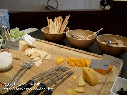 チーズやグリッシーニ