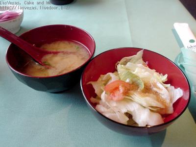 お味噌汁とサラダ
