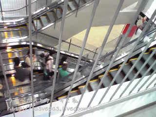 2階駐車場のお客さん誘導中