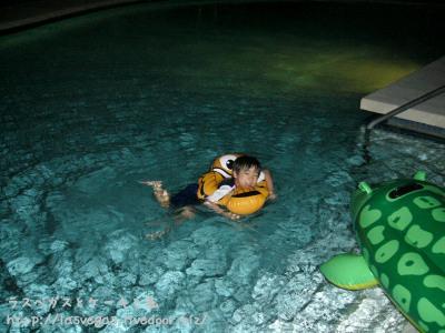 まだ泳いでる