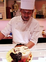 誕生日ケーキと安食シェフ
