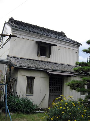津久井の蔵 車で通る時に見える蔵がありました。上の方の一部しか見えなかったのですが素... コモ