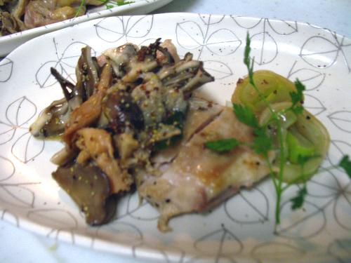 鶏肉のソテーとトキイロヒラタケきのこのソース
