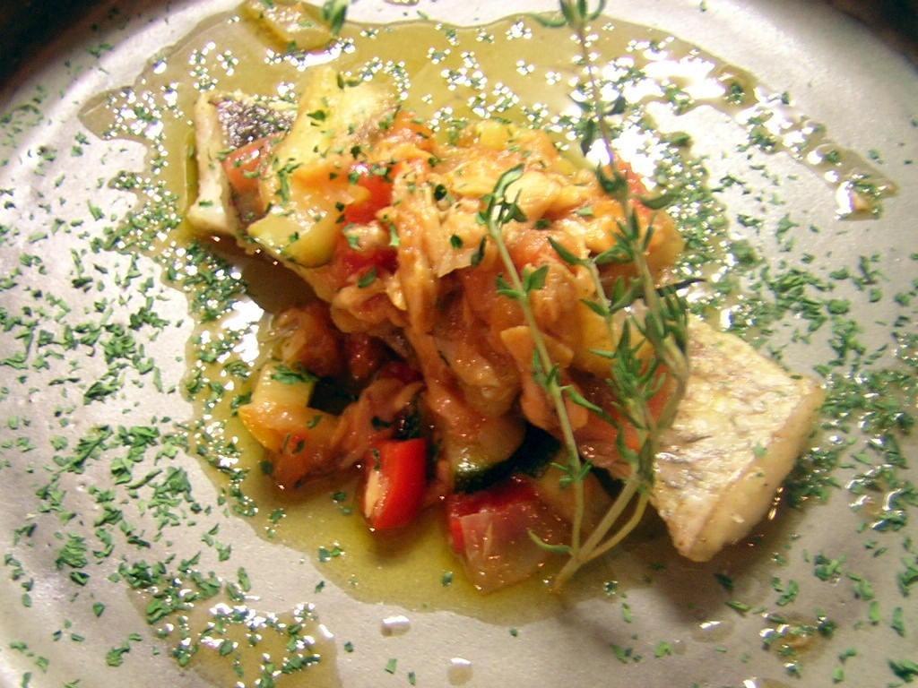 天然鯛のポワレ・シーチキンと季節野菜の白ワインソース