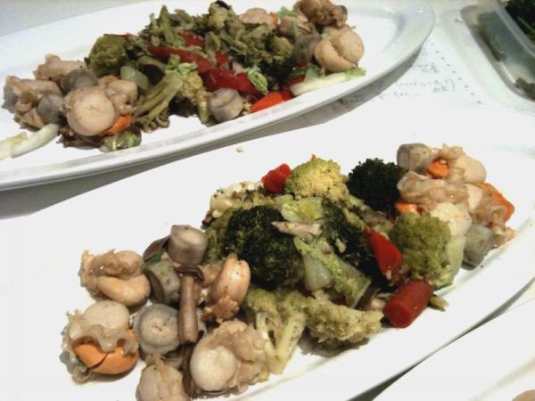 イタヤ貝とごぼう、カリフラワー、ブロッコリー白ワイン煮込み