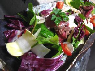 牛肉とマッシュルームのトレビスサラダ