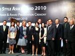 CEOのシルビアさん(中央)と受賞者の方々