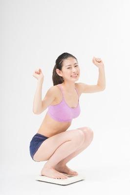体重を図る女性