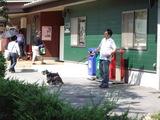 ドッグラン施設前の大きなペットショップ