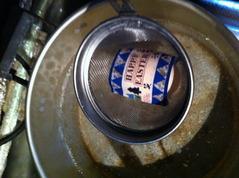 ゆで卵にフィルムを被せてお湯の中へ