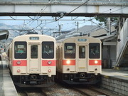 JR三輪駅に停車するローカル電車