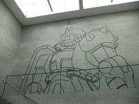 美術館内壁面に描かれたグフ