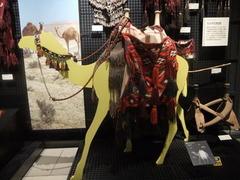 ラクダにつける鞍と飾り