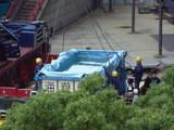 水槽へのワイヤー取り付け作業