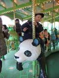 パンダのメリーゴーランドに乗るユーキボン