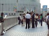 歩道橋上での取材風景