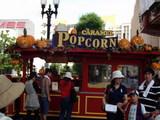 ハロウィンの飾り付けになったUSJ内のポップコーンの売店