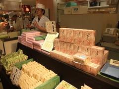 笹屋菓舗の商品と従弟さん