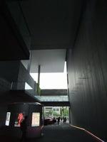 美術館エントランスから外を見て