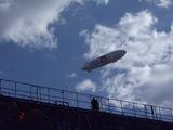 USJ上空を飛ぶNTTドコモツェッペリンNT号