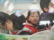 運転シミュレータのジオラマ中央のドームに入る子供達