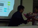 お祝いの花束を受け取るcjさん