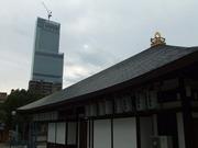 庚申堂の本堂とあべのハルカス
