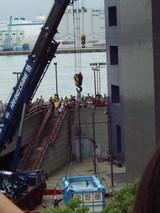 クレーンでの吊り上げ作業開始