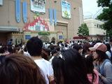 パレードの行列に続く人々