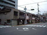 通りの古い家並