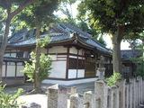仕切り壁がついた加津良神社境内