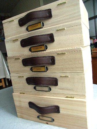 ベイブレード用4ケース。 ランチャー、ツール、ポイントカード等入れるケース1ケース(サイズ大)。 使った100円ショップセリアの標本箱6つ・・・。