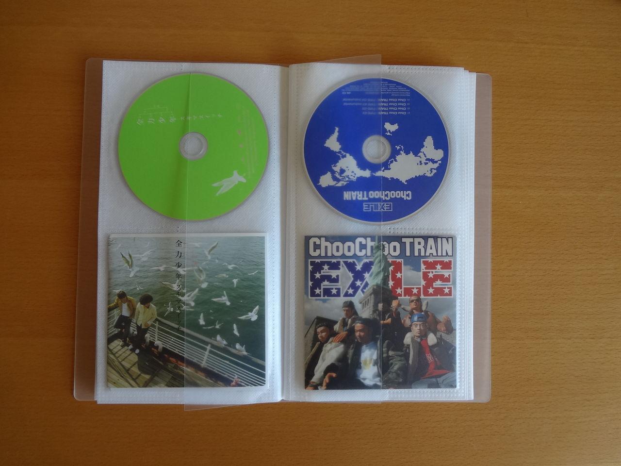 CDと歌詞カードを互い違いに入れて、ファイルの厚さが均一になるようにしました。