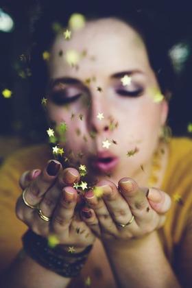 星を放つ女性
