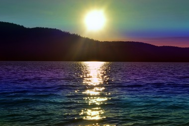 太陽と虹色の空と海