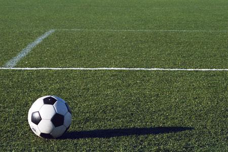 コートに転がるサッカーボール