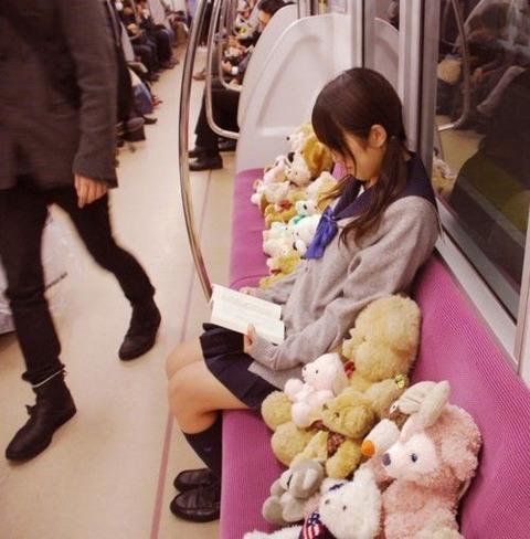 電車の座席にぬいぐるみ