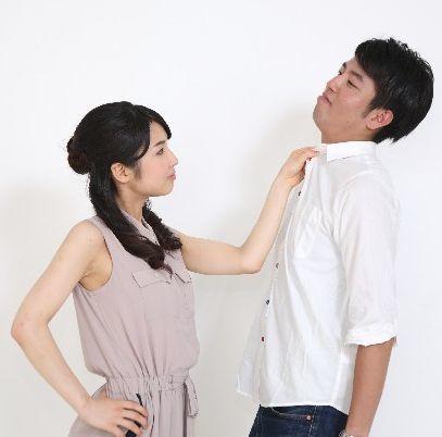男の胸倉をつかむ女